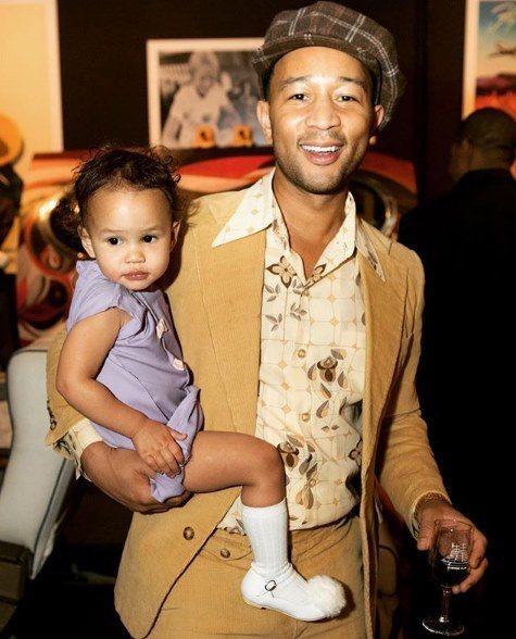 約翰傳奇(右)極愛女兒露娜,是眾所皆知的好爸爸。圖/摘自IG