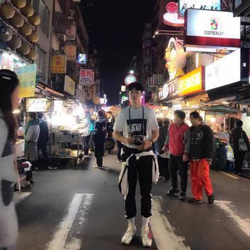 韓星柳俊烈接受韓國綠色和平組織邀請,來台灣登上「彩虹勇士號」,接受志工相關訓練。他已經抵達台灣,晚間流出一張他站在夜市裡的照片,被眼尖粉絲認出來就是基隆廟口,開心想要衝去基隆追偶像。不過柳俊烈此行來...