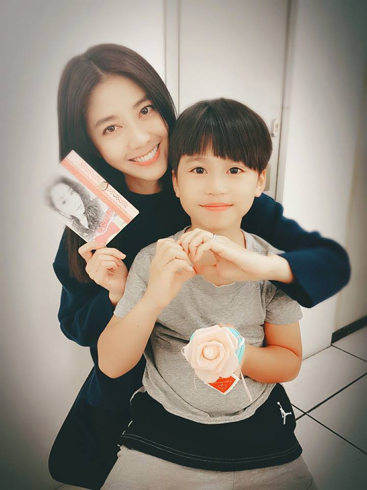 韓瑜抱著戲中兒子麥海淇,開心收到今年第一個、也是唯一一個男生送的生日禮物。圖/摘...