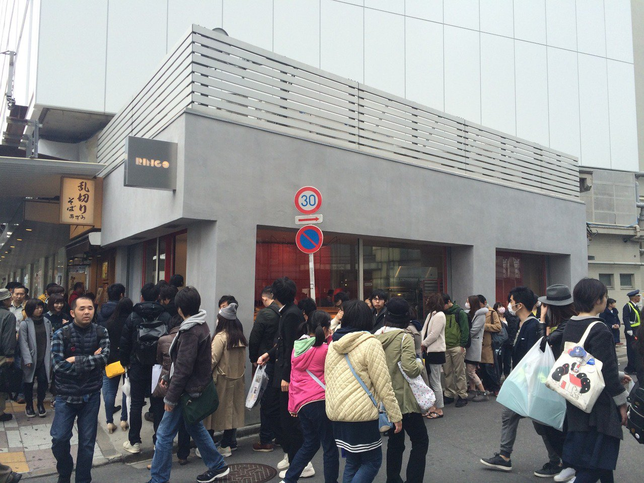 RAPL澎派令果去年在日本開幕時曾引起排隊人潮。圖/RAPL提供
