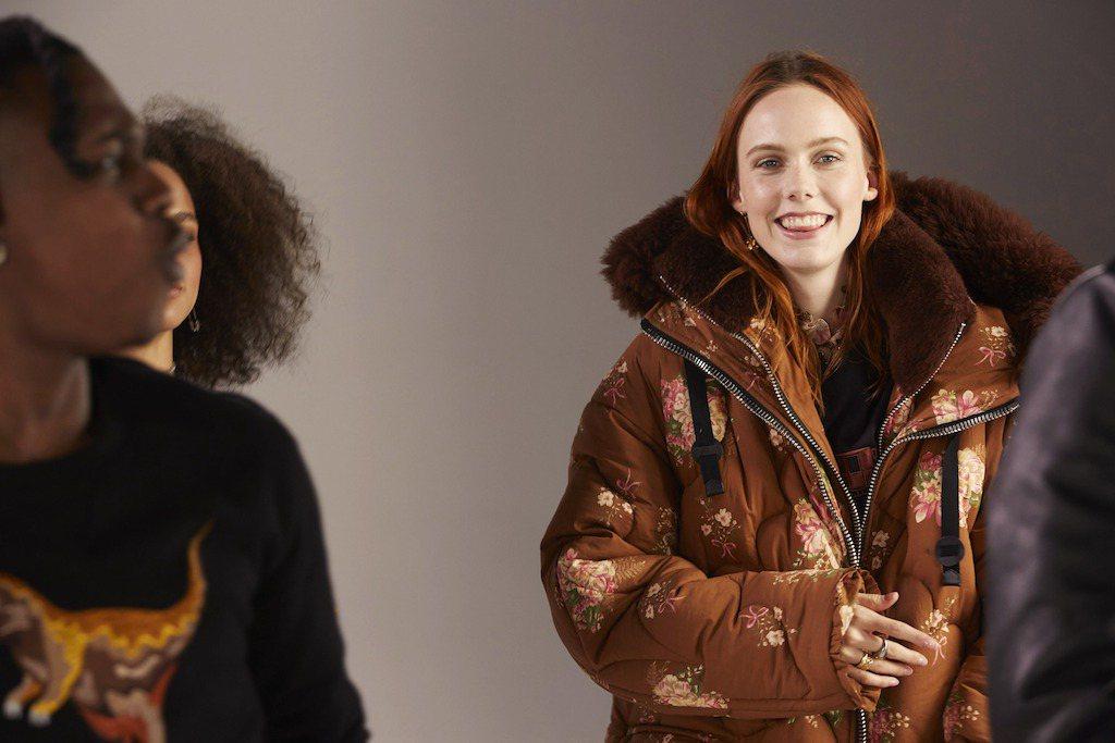 今年羽絨外套大行高調騷包路線,不少設計師偏愛亮色、印花元素,為冬季造型增添搶眼度...