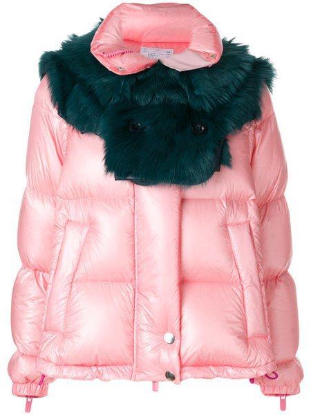 Sacai粉色拼接墨綠色皮草領圍外套,價格店洽。圖/團團精品提供