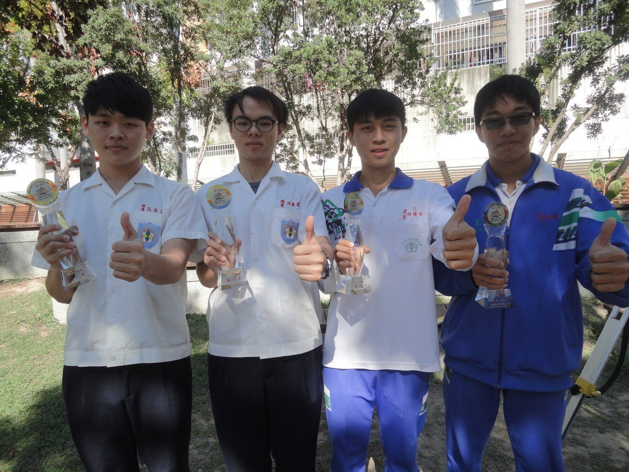 彰師附工(左起)機電科學生張祺富、洪晨恩得到機電整合職類金手獎第一名,建築科學生...