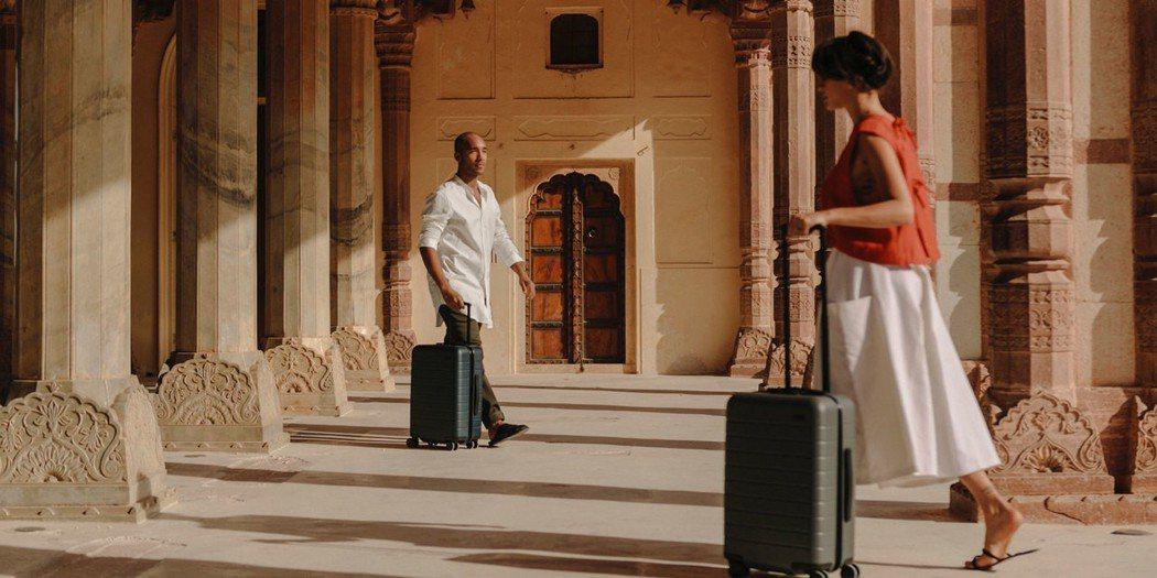 Away的定位不是行李箱公司,而是旅行生活情調公司;他們精心打造的不是行李箱的外...