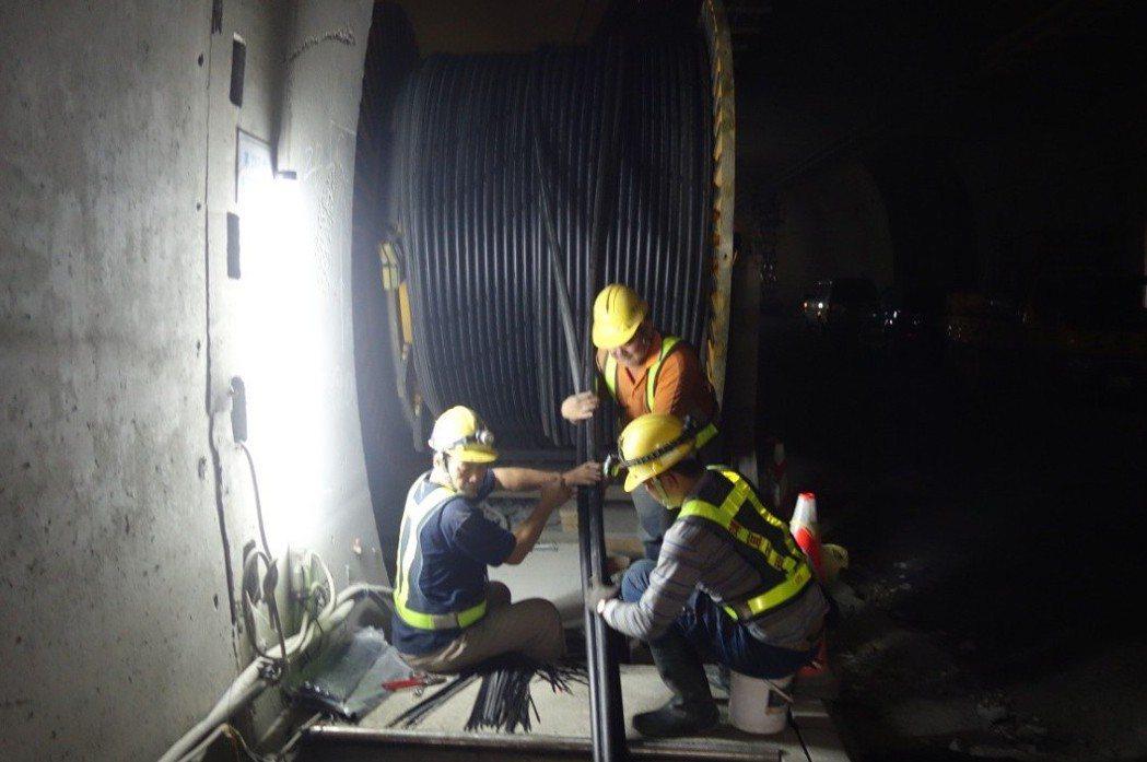 蘇花改工程中,東澳隧道北上線目前正進行路面瀝青混凝土鋪築,照明燈具亦於路側同時安...