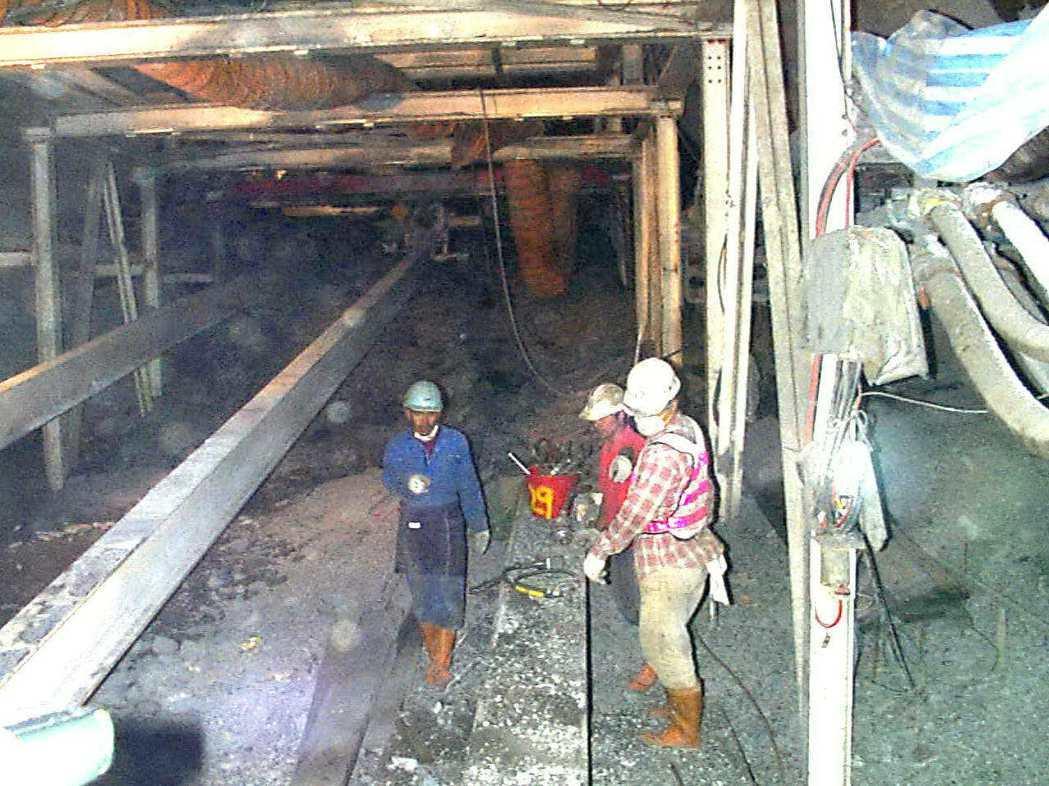 雪隧1997年施工時抽坍,施工人員在最前端冒險工作。 本報資料照片