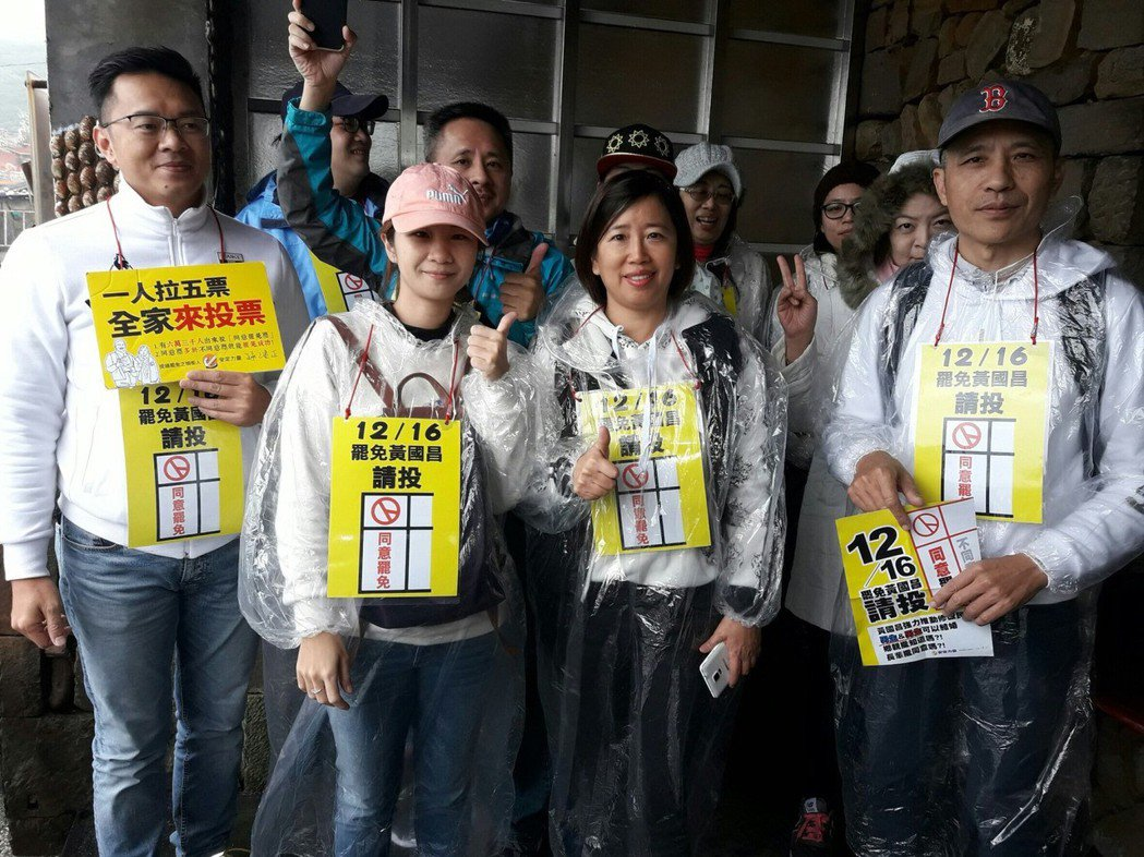 罷昌志工11月27日以洗地板罷昌,傳出遭到警方登門關切。 圖/安定力量提供