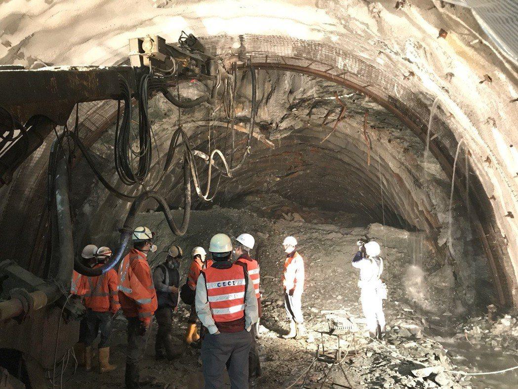 蘇花改谷風隧道大坍方一萬立方公尺,土方堵住整個隧道,連鋼筋都扭曲變型。 ...