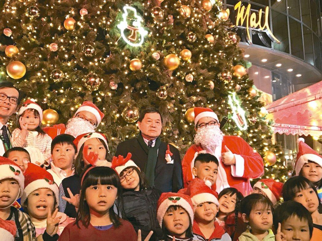 遠東集團昨天舉行耶誕點燈,由集團董事長徐旭東親自主持。 記者李至和/攝影