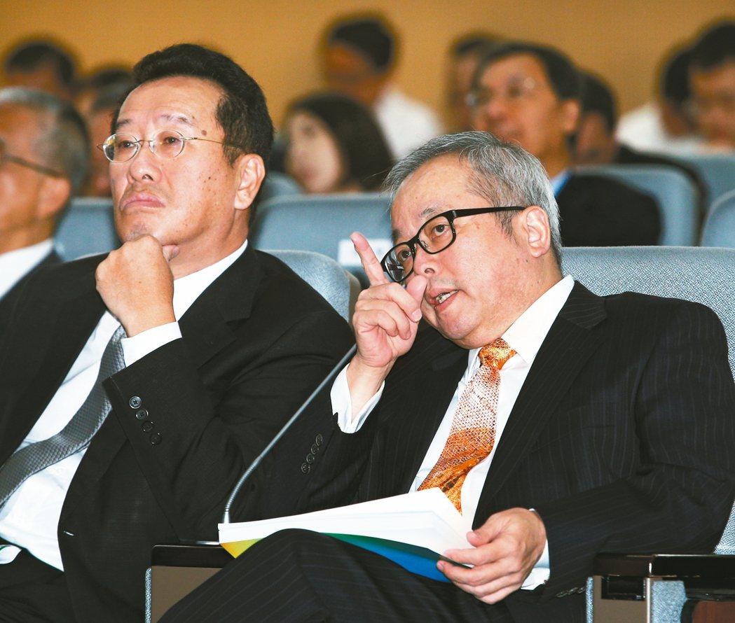 行政院副院長施俊吉(右)與金管會主委顧立雄昨天一同出席論壇。 記者蘇健忠/攝影