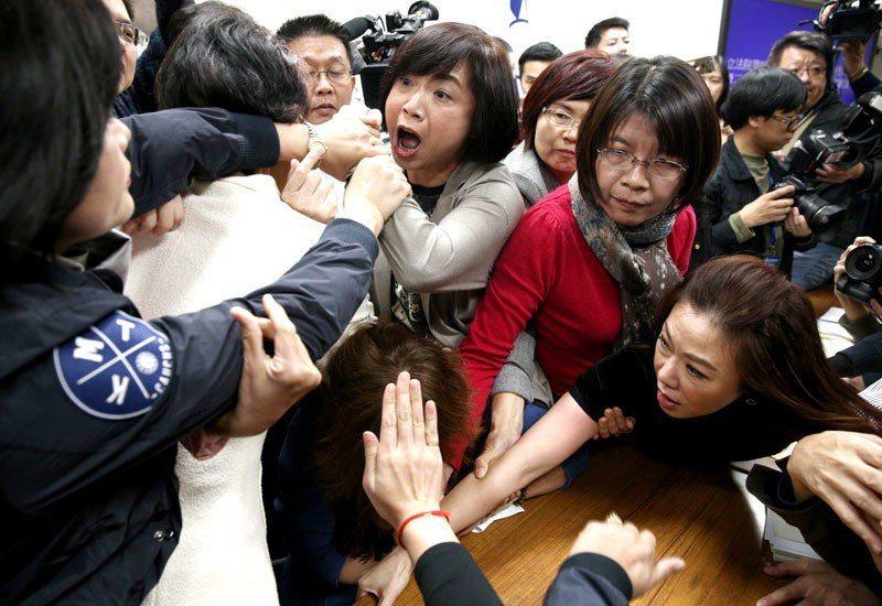 民進黨立委率先提議質詢時間4+2(分鐘),立即引起國民黨團杯葛,朝野多位立委隨即...