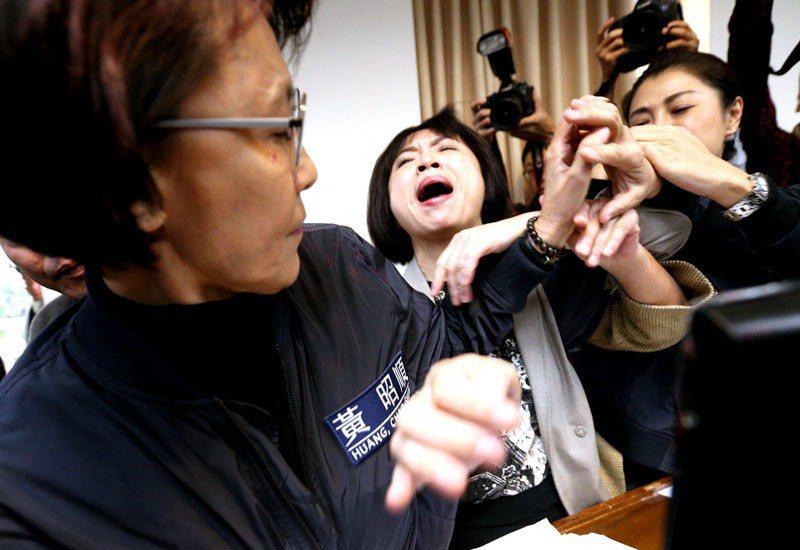 黃昭順說綠營「過街老鼠下台」,引發民進黨立委何欣純(中)不滿,一度在發言台推擠。...