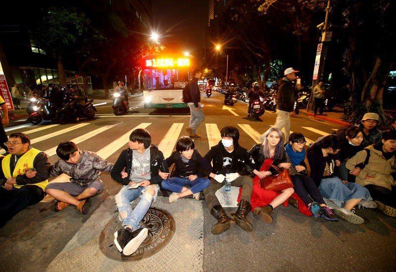 立法院外抗議的群眾晚上衝到中山南路上席地而坐,警方出動架離。 記者陳正興/攝影