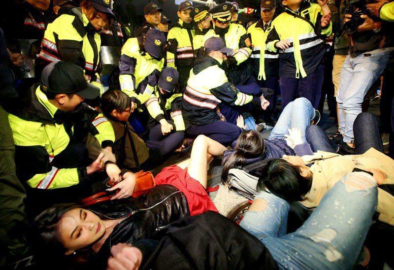 抗議的群眾晚上衝到中山南路上席地而坐,警方動用優勢警力抬人 。 記者陳正興/攝影