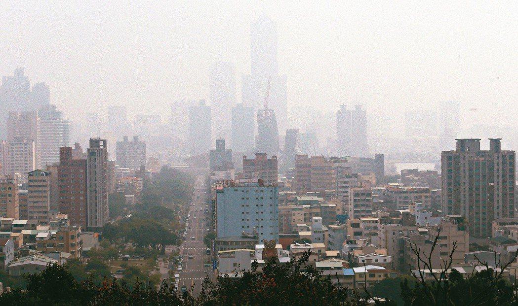 圖為11月底,高雄八五大樓隱沒在霧霾之中情形。聯合報資料照/記者劉學聖攝影