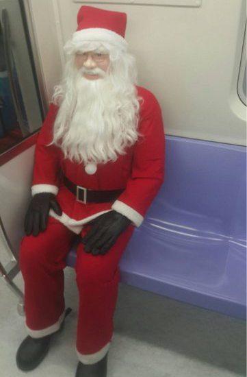 機捷推出聖誕彩繪列車,請出聖誕老人親自坐鎮,但網友認為晚上看到會被嚇壞。圖/翻攝...
