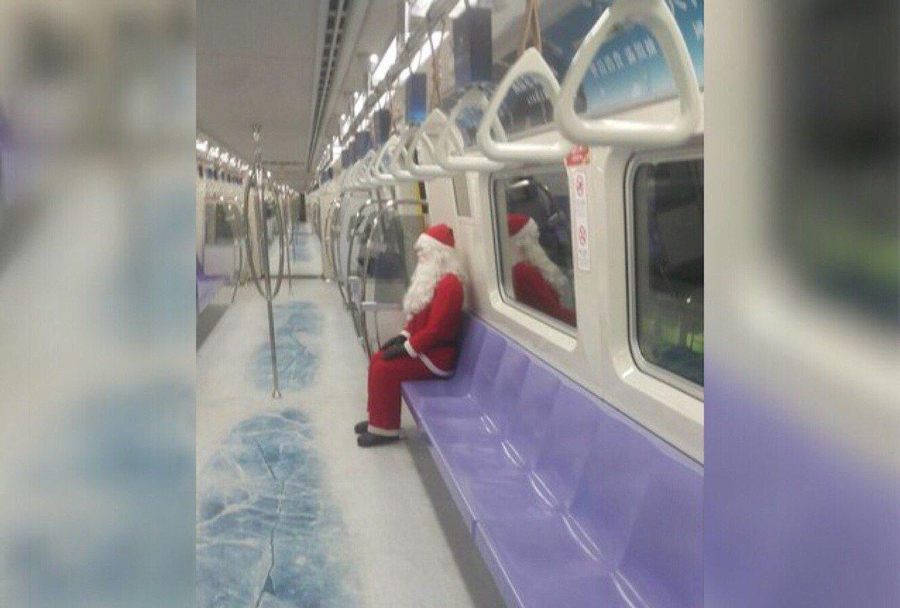 機場捷運聖誕彩繪列車請出聖誕老人親自坐鎮。圖/翻攝自PTT