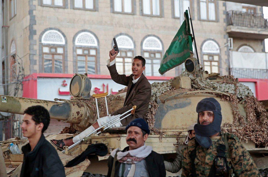 得知薩勒赫死訊後,開心的胡塞軍。 圖/美聯社