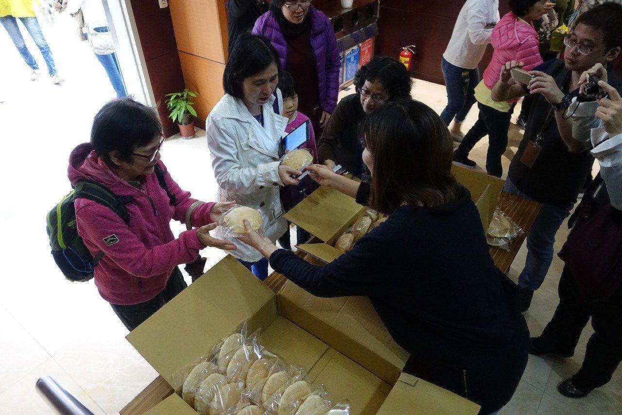 講座結束後,帶著「椪餅」回家,一親臺南知名點心的芳澤。 攝影/葉玉琴