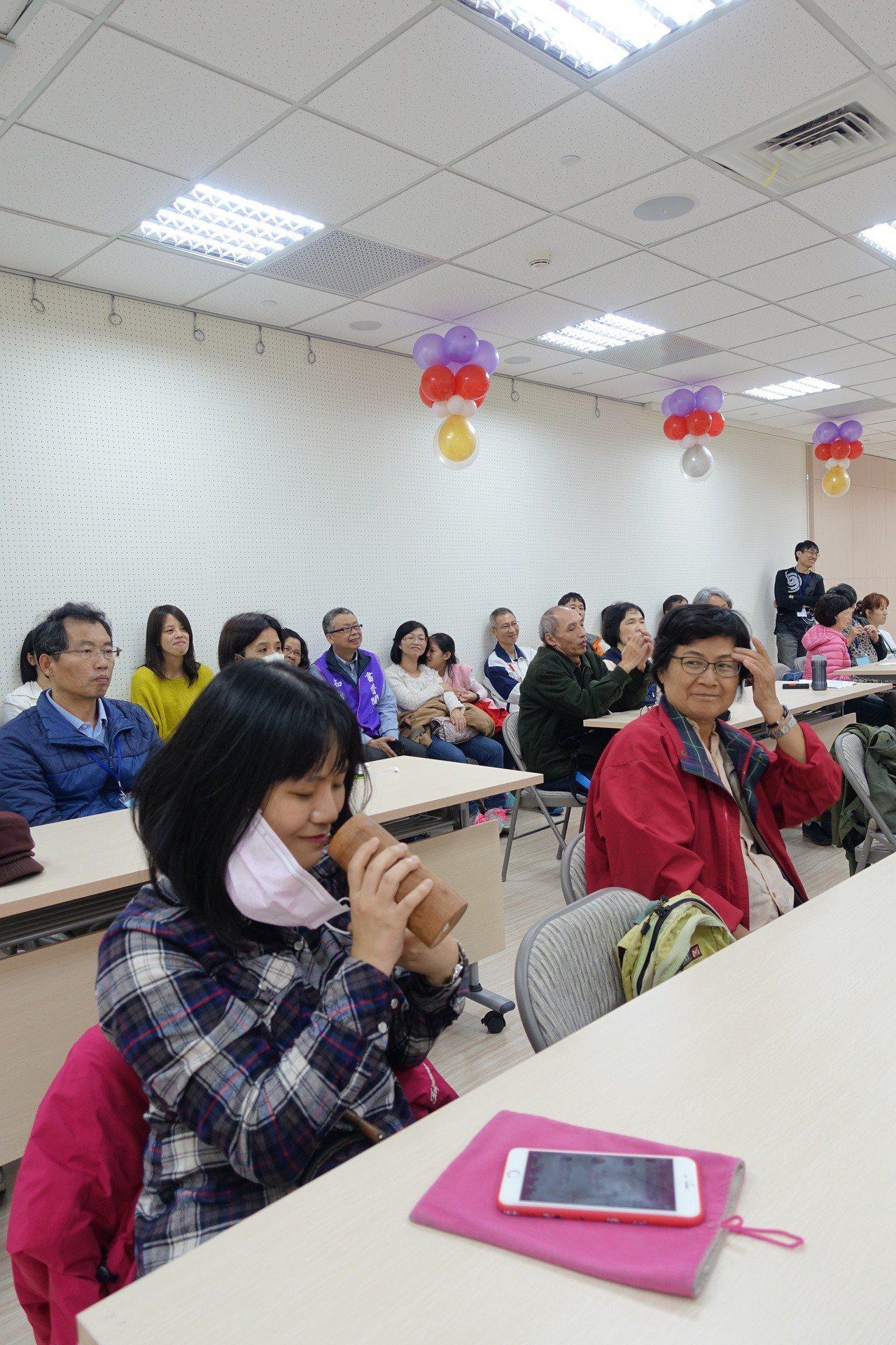 王浩一老師還分享獨特的紀念品,加深民眾對臺南文化的瞭解。 攝影/葉玉琴