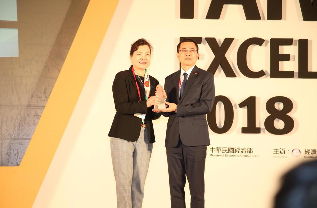 慶鴻機電奪第26屆台灣精品銀質獎,由該公司總經理王陳鴻(右)代表接受經濟部次長王...