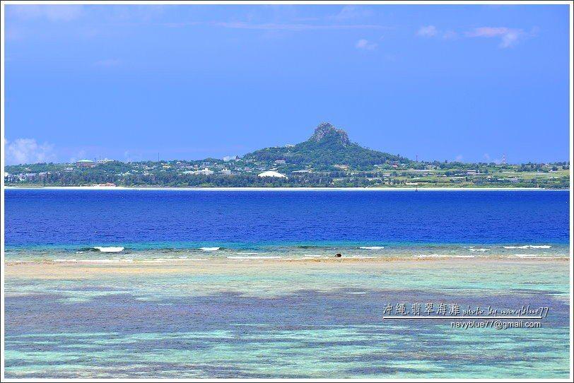 ↑由眺望海濱向西望向伊江島,可見城山矗立在島中央。