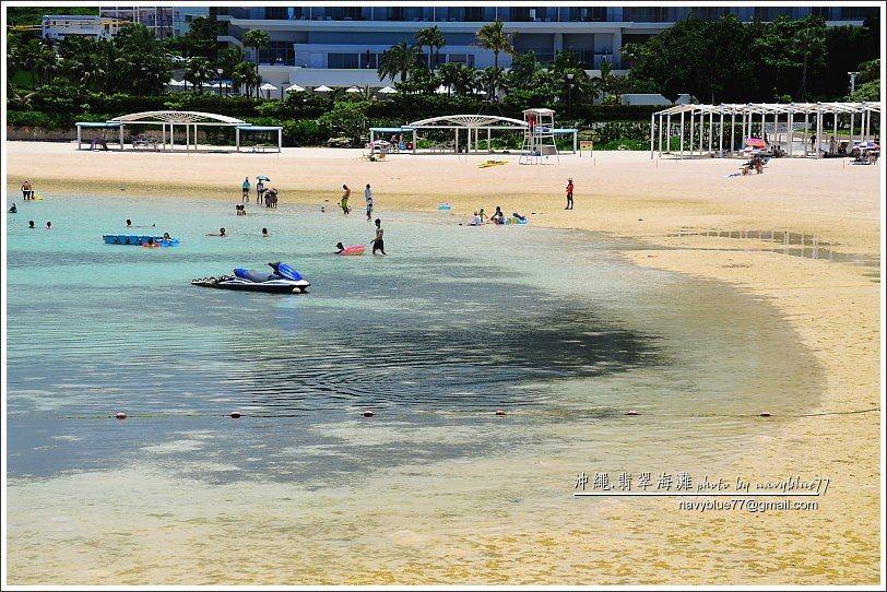↑嬉戲海濱的海水最深,因此在退潮時仍可以下水游泳,旁邊就是銀河大飯店,所以遊客最...
