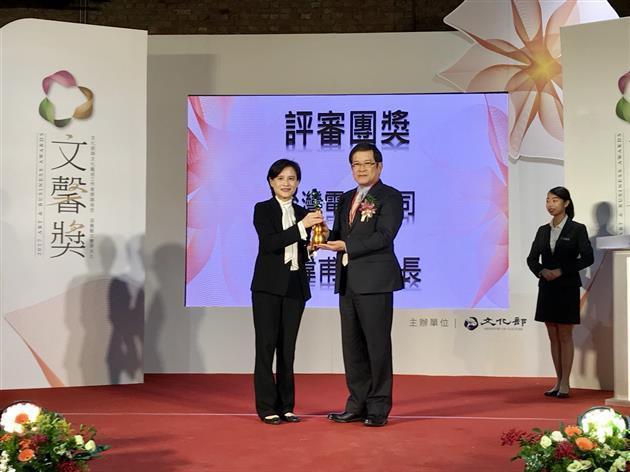 文化部長鄭麗君(左)頒文馨獎給台電董事長楊偉甫  台電/提供