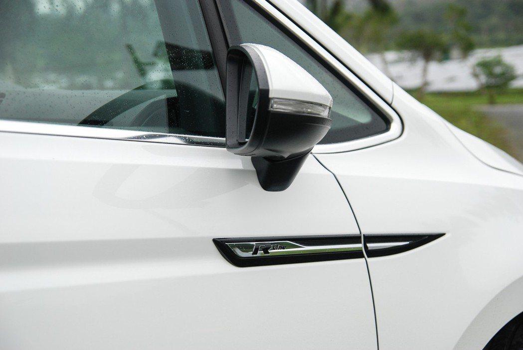 車身兩側、照後鏡下方也有專屬 R-LINE 字樣飾條。 記者林鼎智/攝影
