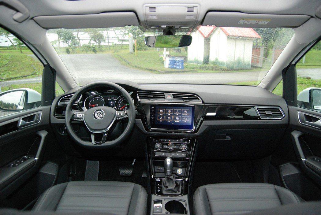 MPV 車型的低車身高度與頭部空間,對老人、小孩進出車室都相當友善。 記者林鼎智...