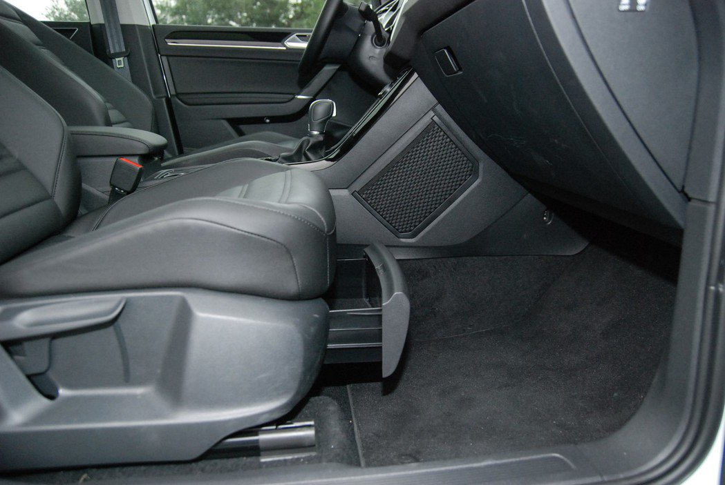 副駕座下具有置鞋空間,且中船右側的網狀置物空間也相當便利。 記者林鼎智/攝影