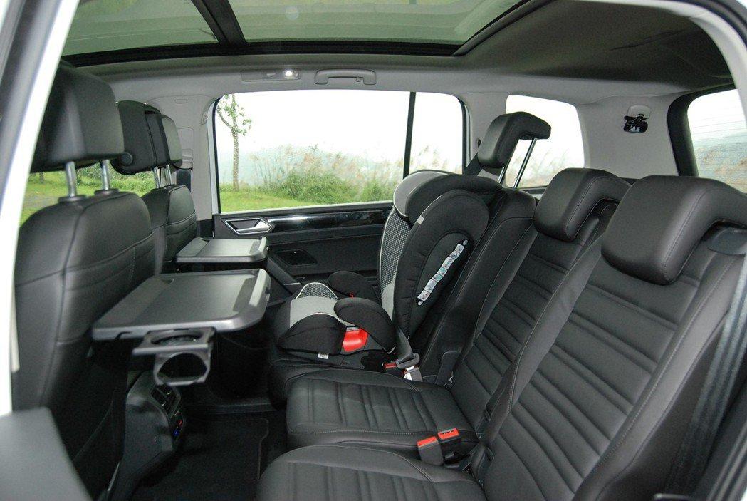 本次試駕的 Touran R-Line 330TDI 具有摺疊餐桌設計與二、三排的 ISOFIX 兒童安全座椅裝置。 記者林鼎智/攝影