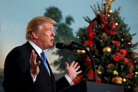 川普:美國的子民們!你們的聖誕禮物來了! 圖/美聯社