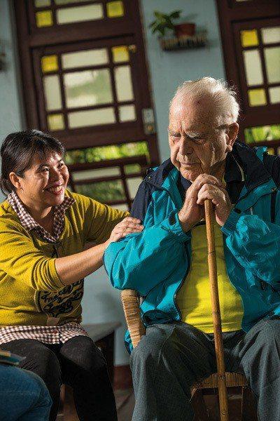潘世光對部落的奉獻讓居民感念在心,王菊蘭(左)如同對待自己父親般,照料神父起居。