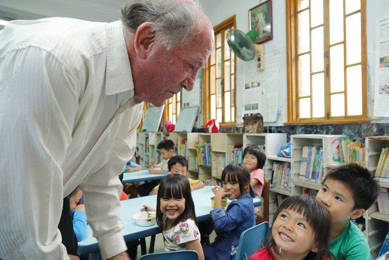 五十多年來,傅若望奔波往返瑞士,募款籌辦幼兒教育。
