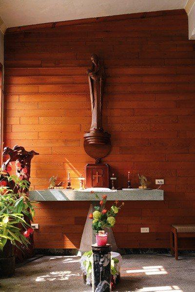 窗外陽光灑在莊嚴的聖母像上,讓聖堂多了份寧靜與祥和。