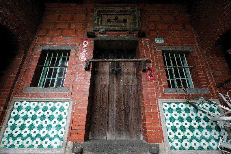 將花磚貼在房子外部的顯眼處,是當時的建築流行。(圖為蘆洲古厝)