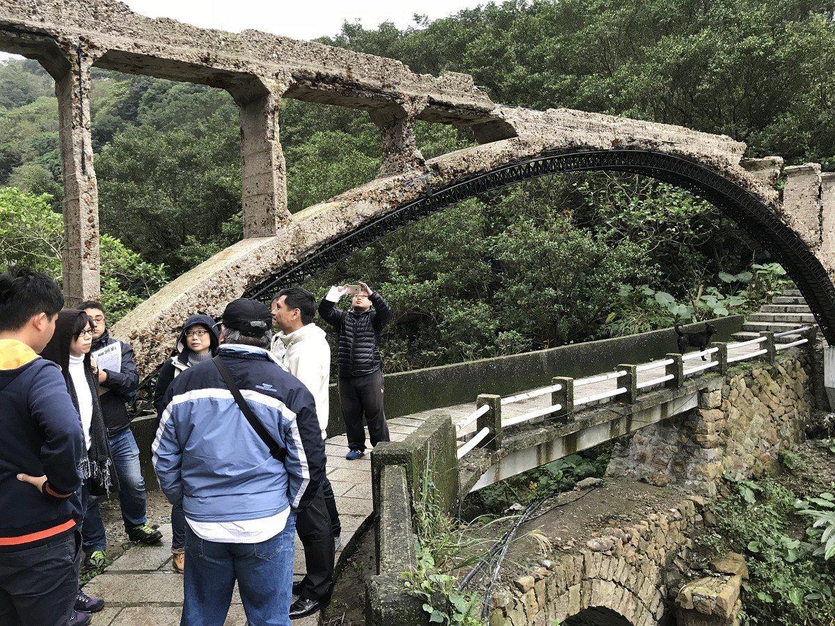 金瓜石秘境水圳橋橋梁的護欄太低,公所打算加高,但地方認為影響景觀,因此會勘如何兩...