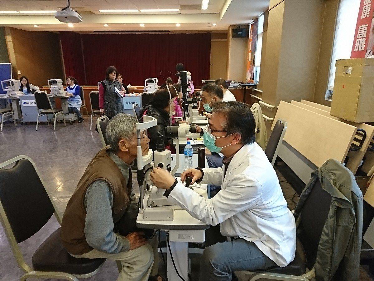 「萬付老花眼鏡傳心意」為老人家免費驗光,還有檢查眼睛,免費配一付老花眼鏡,長輩們...