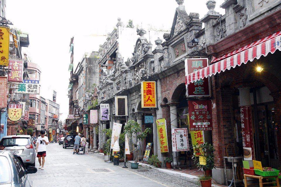 大溪老街涵蓋和平路、中山路、中央路等三條歷史街屋,許多老屋都保留台灣早期門面窄、...