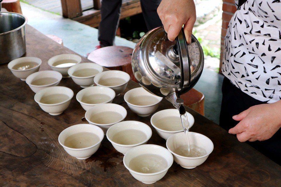 熱呼呼的青草茶,散發出迷人的清香。(攝影/周惠儀)