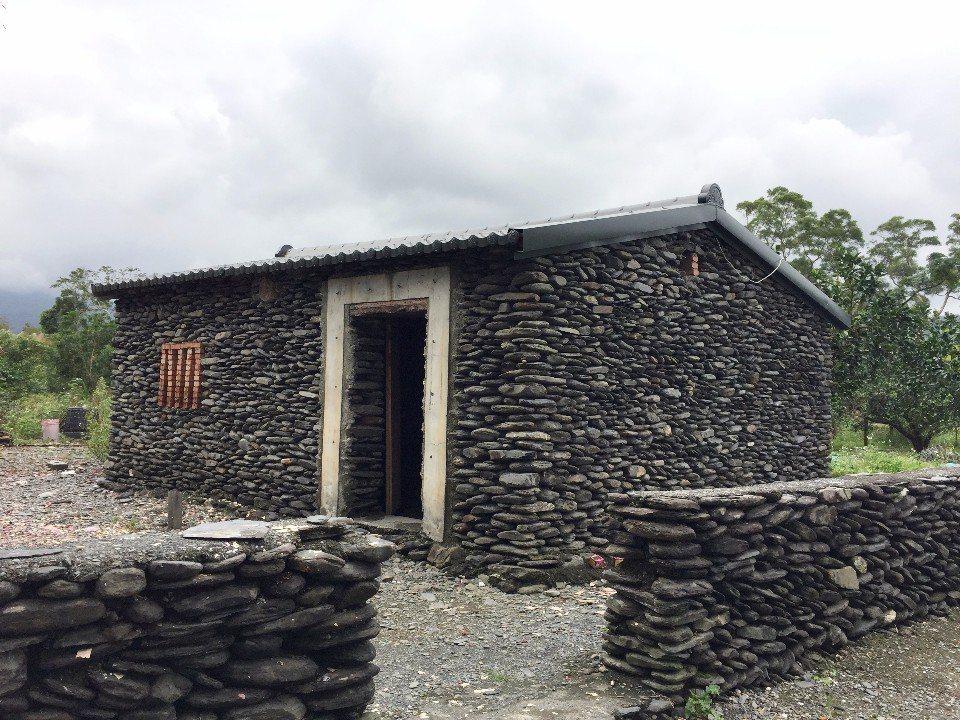 復刻古代先民所居住的「石板厝」。(攝影/周惠儀)