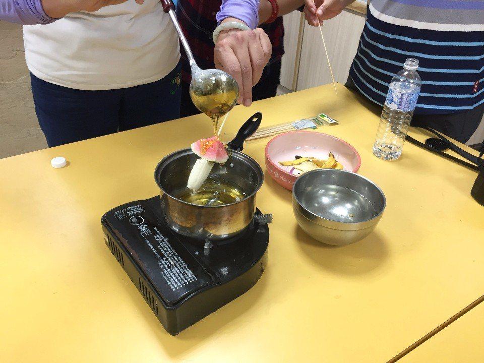 一起動手體驗糖葫蘆DIY。(攝影/周惠儀)