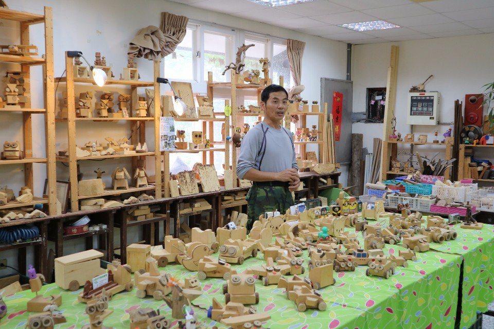 大鼻子老師正在講解木工DIY的製作步驟。(攝影/周惠儀)