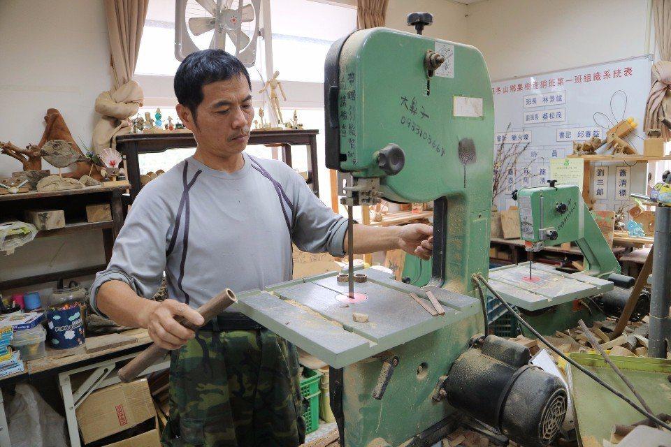 工坊內也備有各式大型機具,可以幫大家將素材裁切成不同的形狀。(攝影/周惠儀)