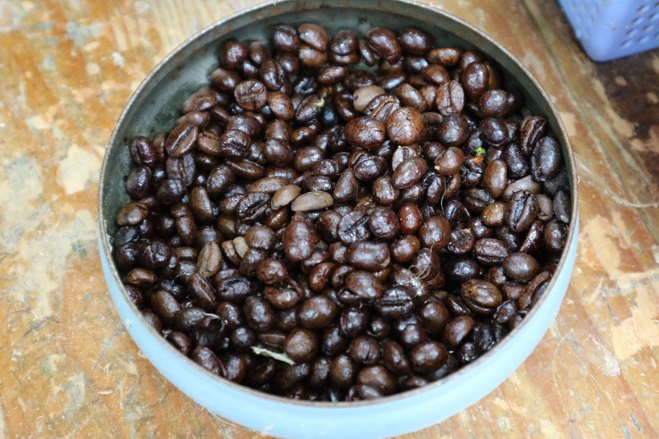 桌上的材料盒裡,還會發現咖啡豆,玩創意也要重視環保。(攝影/周惠儀)