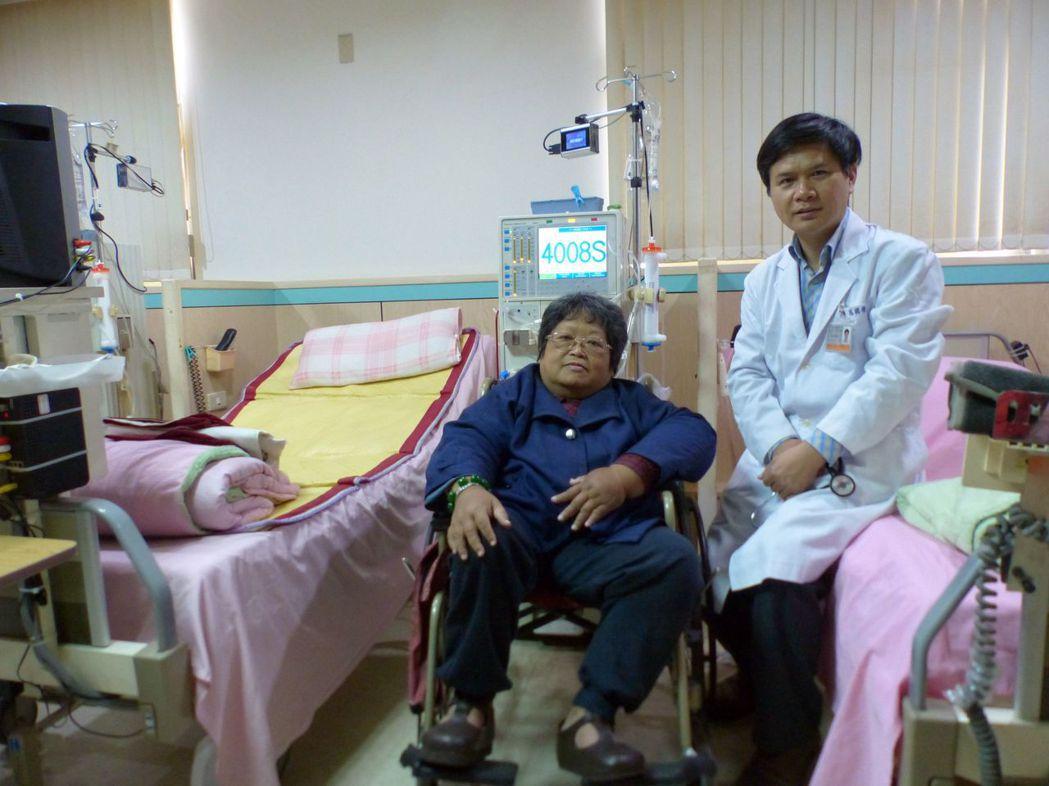 台中市大雅區長安診所醫師呂國樑(右)稱讚林妤晏(左)面對罹癌、生病等挫折,仍積極...