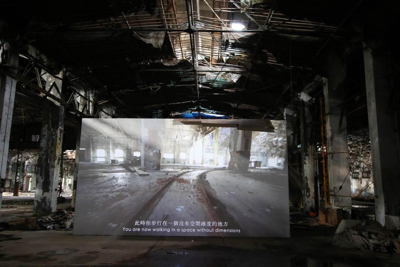藝術家劉玗採用錄像與裝置的方式進行創作拼貼,藉由狙擊者視角和林百連身影畫面切換,...