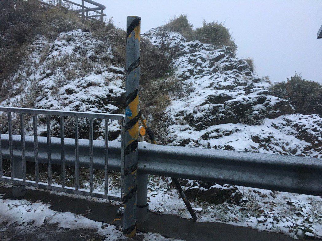 入冬後大陸冷氣團發威,合歡山今凌晨降下雪霰,令追雪族為之瘋狂。圖/仁愛警分局提供