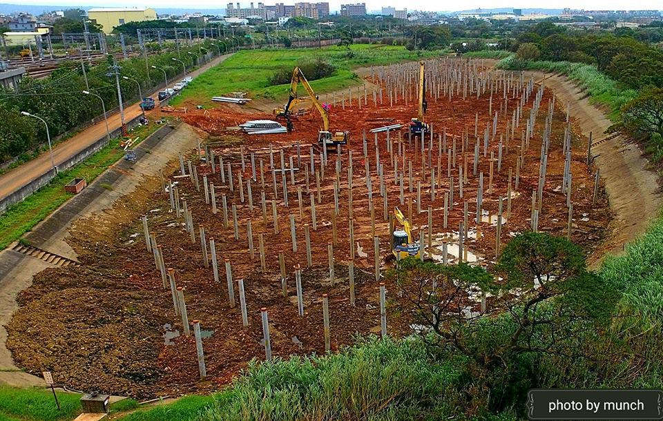 桃園某埤塘正在進行太陽能光電工程,施工期間抽乾埤塘池水引發破壞環境生態爭議。圖/...